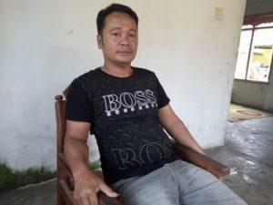 Foto: Paelan (Wali Murid SMPN 2 Genteng) saat ditemui di kediamannya.