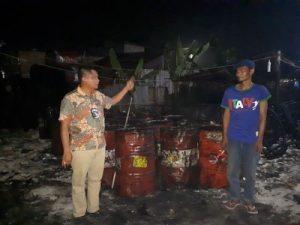 Foto: Petugas kepolisian saat melakukan eksekusi di lokasi gudang pengoplosan oli bekas di Jalan Pasar XII Desa Bandar Klipa Kecamatan Percut Sei Tuan Deli Serdang.