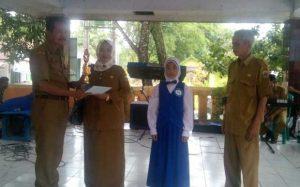 Fhoto: pembagian piala oleh kepala uptd pendidikan kecamatan cibadak