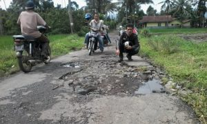 Warga Desa Kalibaru Kulon dan Banyuanyar Keluhkan Jalan yang Rusak Parah