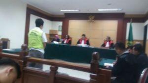 Terdakwa Rudy Gunawan disuruh berdiri sewaktu hakim memvonis 5 Tahun Penjara.