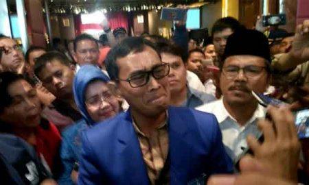 Photo saat Diwawancarai wartawan, JR Saragih sambil nangis terisak menjelaskan masalah legalisir ijazahnya