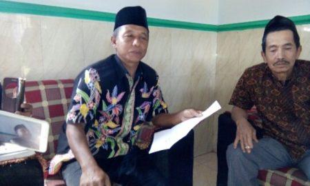 Foto Kades Banyuanyar (H. Supardi) diruang kerjanya