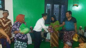Foto: Saiful Anam saat bagi-bagi sembako kepada warga tidak mampu.