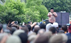 Gubernur Sumatera Utara Edy Rahmayadi turun menjuampai para nelayan yang melakukan aksi di depan Kantor Gubernur Sumatera Utara Jalan Pangeran Diponegoro Medan