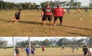 Foto Ketua Pelatih SSB Indonesia Muda Kabupaten Banyuwangi (Saiful) dan Kadus Sidodadi Desa Karangharjo (Mistaye) saat melatih anak-anak SSB Indonesia Muda diwilayah Perkebunan