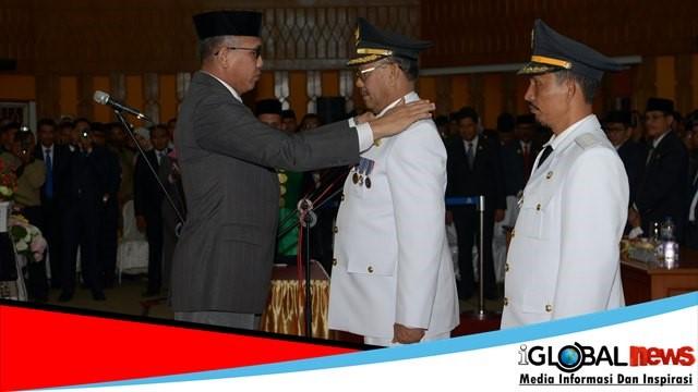 Photo Bupati dan Wakil Bupati Aceh Selatan masa jabatan 2018-2023 dalam rapat Paripurna Istimewa DPRK Aceh Selatan di Gedung DPRK Aceh Selatan, Kamis (27/9/2028).