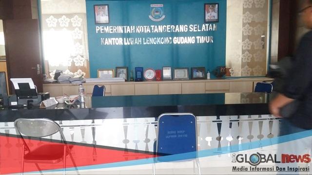 Foto: Suasana Kantor Kelurahan Lengkong Gudang Timur Tangerang Selatan yang terlihat sepi.