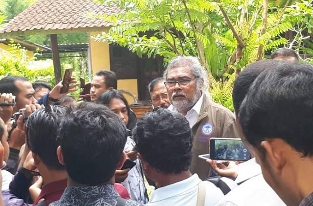 Photo Arist Merdeka Sirait Ketua Umum Komnas Perlindungan Anak memberikan Keterangan Kepada Media saat berkunjung ke Ashram GI di Klungkung Bali Pebruari 2019.