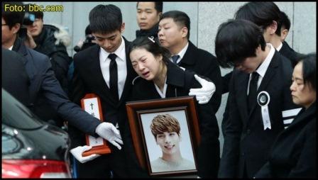 Saudari perempuan Jonghyun terlihat memeluk foto Jonghyun