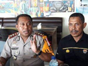Foto: Kapolresta Jayapura AKBP Gustav Urbinas didampingi Kasubag Humas Polresta Jayapura AKP Yahya Rumrah.