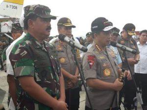 Foto: Panglima TNI bersama Kapolri saat jumpa pers di Bandara Sentani Jayapura.