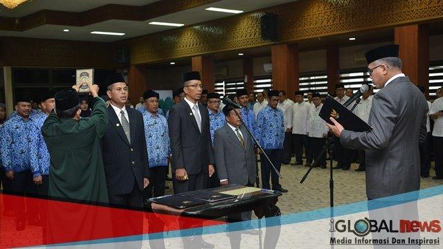 Photo Plt Gubernur Aceh Nova Iriansyah melantik 42 pejabat di lingkungan Pemerintah Aceh, di Gedung Serbaguna Setda Aceh, Jumat (28/09/2018).