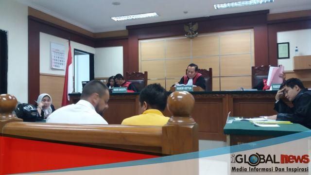Photo Di ruangan persidangan Nicolov WN Bulgari didampingi peterjemah yang belum di sumpah dan bersertifikat.