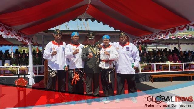 Photo serka heri purnomo foto bersama usai memecahkan rekor Muri pada Hut TNI ke 73 dalam pemecahan 251 bata hebel. (resty/bisnis Papua).