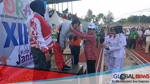 Foto: Ketua Kontingen Aceh Besar yang juga Ketua DPRK Aceh Besar, Sulaiman melakukan pengalungan medali untuk juara cabor atletik, di stadion mini Kompleks Jantho Sport City, Kota Jantho, Aceh Besar, Kamis  (22/11) sore.