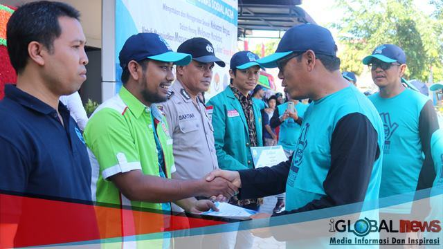 Photo Kepala Dinas Sosial Aceh memberikan sertifikat pengharagaan kepada intansi anti narkoba seperti BNN, Bem Mahasiswa, Polisi dan IPWL Pintu Hijrah.