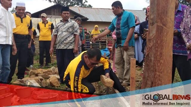Foto: Jajaran Polres Tapsel bersama masyarakat saat peletakan batu pertama.