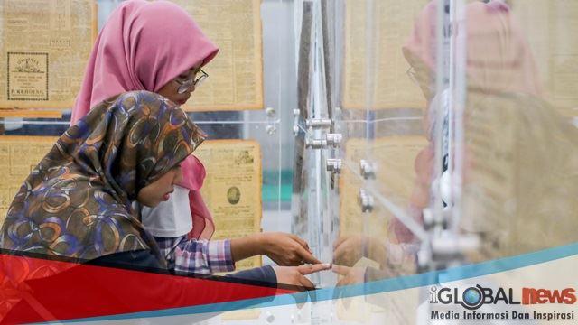 Foto: Pengunjung sedang melihat koran asli di Pameran Satu Abad Surat Kabar Sumut di Lobi Kantor Gubsu, Kamis (7/2/2019). Hari kedua pameran diramaikan oleh berbagai pengunjung mulai dari mahasiswa hingga warga asing.
