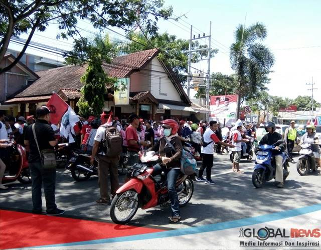 Foto: Saat Relawan Capres Cawapres Paslon nomor urut 01 Joko Widodo-Makruf Amin gelar aksi turun jalan di Jalan Raya Genteng dekat Sun East Mall.