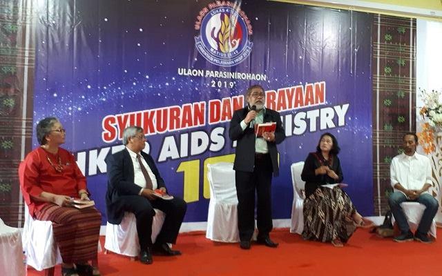 Photo Bupati Kabupaten Tobasa Darwin Siagian bersama ibu dan Ketua DPRD Humbanghas dan Kabupaten Samosir dan Sekjen HKBP menyaksikan Launching HKBP AIDS Ministry dan Website.