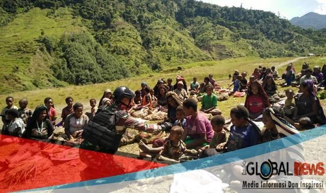 Photo : masyarakat Nduga sedang melakukan aktifitas bersana anggota pengamanan TNI