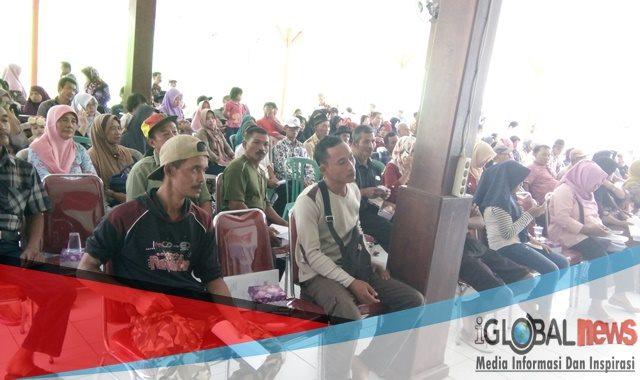 Photo saat Pembagian Sertifikat Program PTSL tahun 2018 di Balai Desa Karangsari Kecamatan Sempu