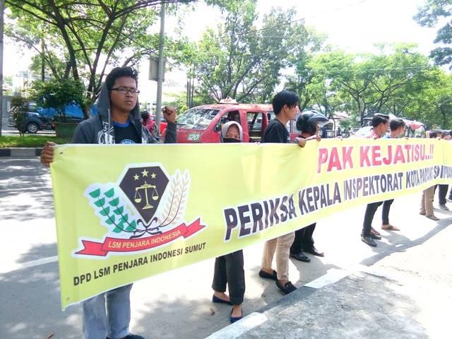 Foto: Massa DPD LSM Penjara saat demo di depan kantor Kejatisu.