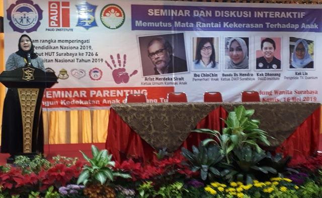 Iis Hendro Ketua Darma Wanita Pembangunan (DPW) Surabaya membuka Seminar dan Diskusi Alternatif Memutus Mata Rantai Kekerasan terhadap Anak, Gedung Darma Wanita Surabaya Kamis 16/05.