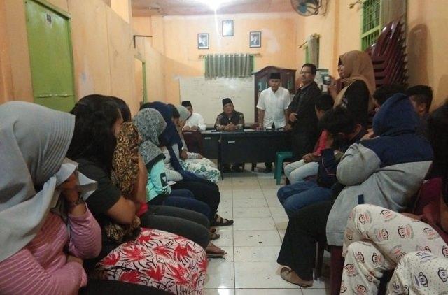 Photo Pasangan yang bukan suami istri yang terjaring oleh Satpol PP Kota Padangsidimpuan saat di amankan di kantor Satpol PP