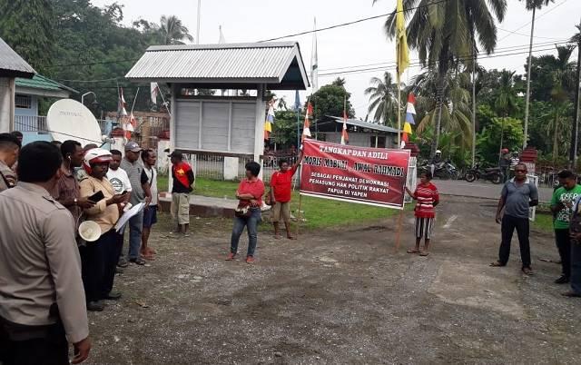 Photo massa aksi demo di kantor KPU Kepulauan Yapen.
