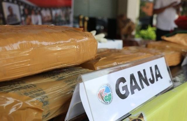 <em>Photo barang bukti yang di amankan beberapa paket ganja berukuran paket besar.</em>