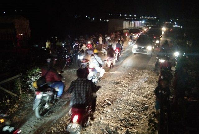 Photo Kondisi kendaraan di Jembatan Bahodopi saat malam hari.