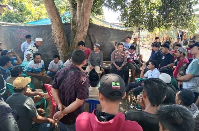 Ket Poto : warga tiga desa terdampak banjir orasi di jalan menyerukan tuntutan kepada perusahaan