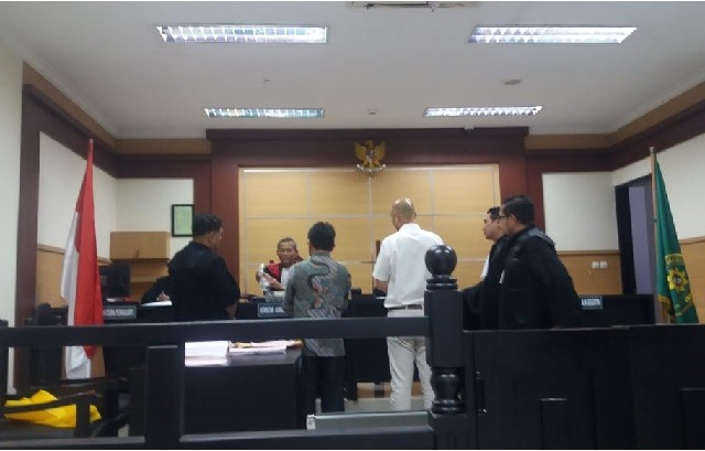 Terdakwa Indra, Direktur PT.WMM sedang diperlihatkan Jaksa barang bukti, senin 30 / 9 / 2019 du PN Tangerang.