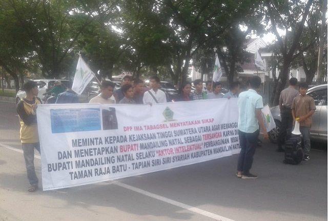 Massa Ima Tabagsel memblokir sebagian badan jalan saat demo didepan Kantor Kejati Sumut, Jumat (25/10/2019) di Jalan AH. Nasution Medan.