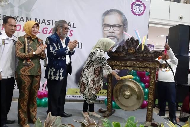 Riana Sari Arrinal memukul Gong tanda dimulainya Gerakan Pelestarian Permainan Tradisional anak.