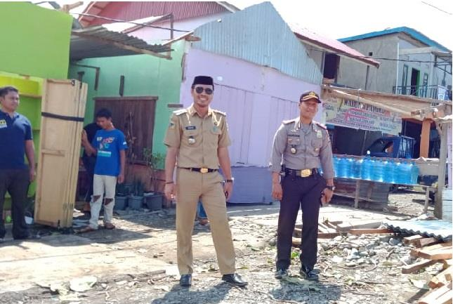 Kapolsek Bahodopi AKP Nasaruddin SIK bersama Camat Bahodopi Tahir SE saat menturkan Bantuan kepada korban angin puting beliung Desa Keurea.