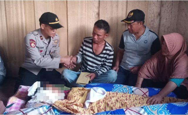 Kapolsek Bungku selatan Ipda Budi Prasetyo saat menyerahkan Tali Asih kepada orang tua korban.