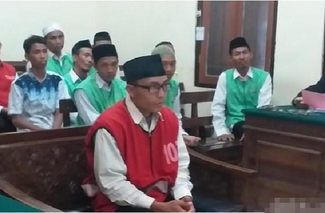 Terdakwa Rahmat Santoso  Alias Memet (30) saat  mendengar putusan Majelis Hakim di PN Surabaya Senin 18/11/19.