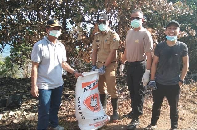 Photo Camat Bahodopi didampingi Wakapolsek Bahodopi saat kegiatan Baksos pembersihan sampah di Babodopi.