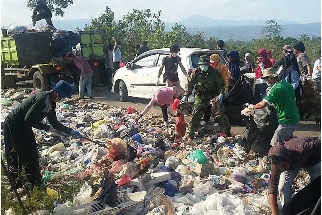 Photo Elemen masyarakat bersama sama dalam kegiatan baksos pembersihan sampah di bahodopi.