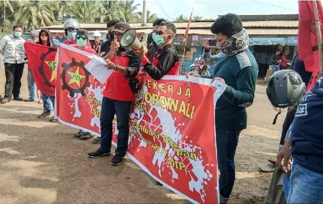 SPIM saat melakukan aksi damai si depan kantor IMIP desa Fatufia Kecamatan Bahodopi Morowali.