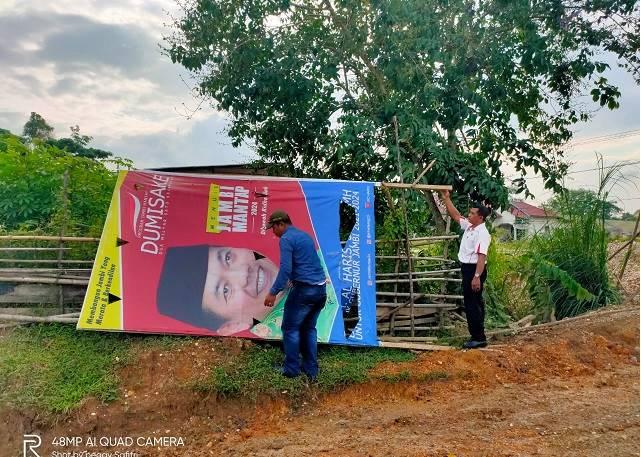 Tim PB CErdas lalukan perbaikan spanduk baliho salah satu calon Gubenur yang roboh