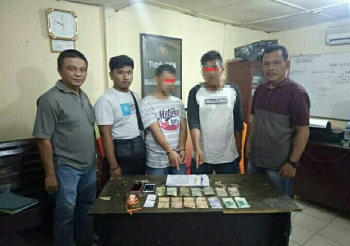 Photo 2 tersangka dan barang bukti uang Rp.82.000.