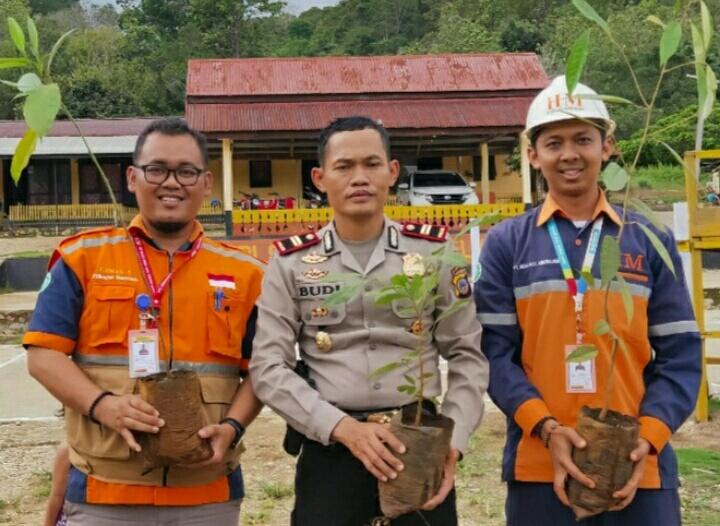 Photo Kapolsek Bungku Selatan staf PT.Heng Jaya Mineralindo Site Tangofa.