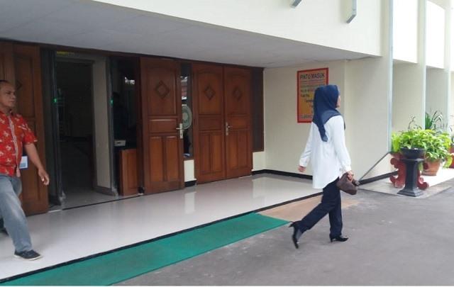 Terdakwa. Darma Lingganawati pulang melenggang dari PN Tangerang, jarena mendapat Tahanan Kota.