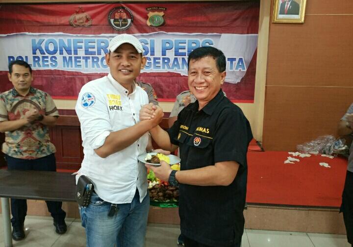<em>Photo Kasubag humas Polrestro Tangerang Kompol Abdul Rachim memberikan Nasi Tumpeng Kepada perwakilan Jurnalis Tangerang Raya.</em>