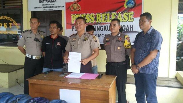 Foto: Kapolsek Bungku Tengah bersama para pelaku saat konferensi pers.
