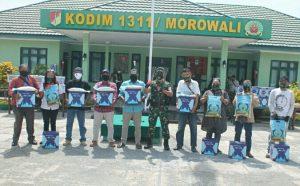Photo Dandim 1311 Morowali berikan paket lebaran kepada insan Pers Morowali.